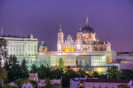 Sunset view of skyline of Madrid with Santa Maria la Real de La Almudena Cathedral and the Royal Palace, Spain Foto de archivo