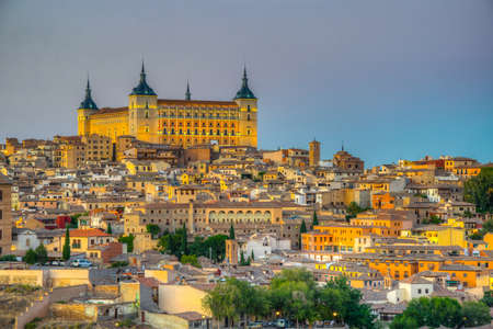 Night view of cityscape of Toledo dominated by Alcazar castle, Spain Banque d'images