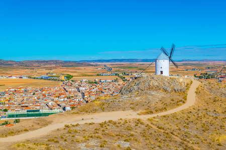 Molinos de viento blancos tradicionales en Consuegra en España Foto de archivo