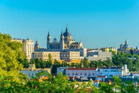 Horizonte de Madrid con la Catedral de Santa María la Real de La Almudena y el Palacio Real, España Foto de archivo