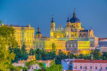 Vista del atardecer del horizonte de Madrid con la Catedral de Santa María la Real de La Almudena y el Palacio Real, España
