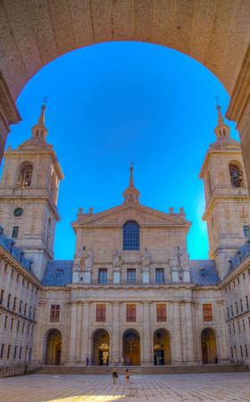 Patio de los reyes en la Real Plaza de San Lorenzo de El Escorial, cerca de Madrid, España