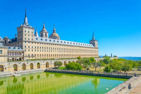 Real Plaza de San Lorenzo de El Escorial, cerca de Madrid, España Foto de archivo