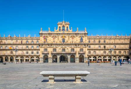 La gente passeggia per Plaza Mayor a Salamanca, in Spagna