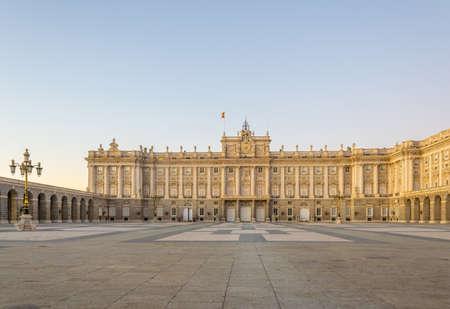 Vista del atardecer del Palacio Real llamado Palazio Real en Madrid, España.