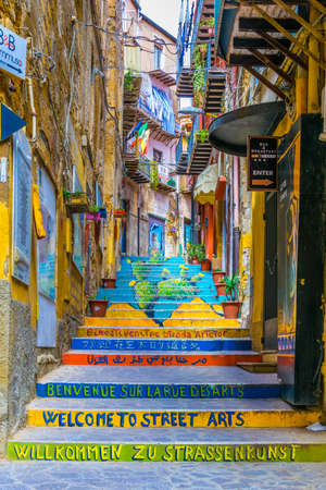 AGRIGENTO, ITALY, APRIL 22, 2017: View of a narrow street in the historical city of Agrigento in Sicily, Italy 免版税图像 - 117944433