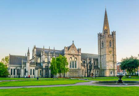 Vista notturna della Cattedrale di San Patrizio a Dublino, Irlanda