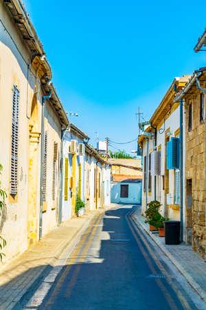 Strada stretta nella zona residenziale di Nicosia, Cipro
