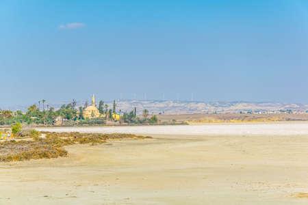 Hala Sultan Tekessi mosque behind dry Larnaca lake, Cyprus 스톡 콘텐츠