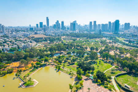 Pejzaż miejski w Tel Awiwie oglądany z balonu TLV lecącego nad parkiem Hayarkon, Izrael