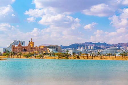 Pejzaż miasta Ejlat oglądany za laguną pokoju, Izrael