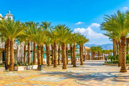 EILAT, ISRAEL, DECEMBER 30, 2018: People are strolling on seaside promenade in Eilat, Israel Stockfoto - 118607274