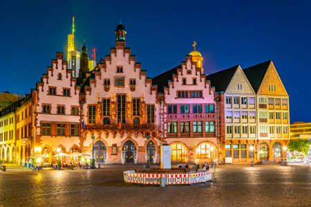 Nachtansicht des Römerbergplatzes in Frankfurt, Deutschland.