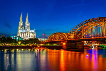Night view of the cathedral in Cologne and Hohenzollern bridge over Rhein, Germany Foto de archivo - 128285020