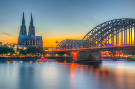 Sunset view of the cathedral in Cologne and Hohenzollern bridge over Rhein, Germany Foto de archivo - 128285133