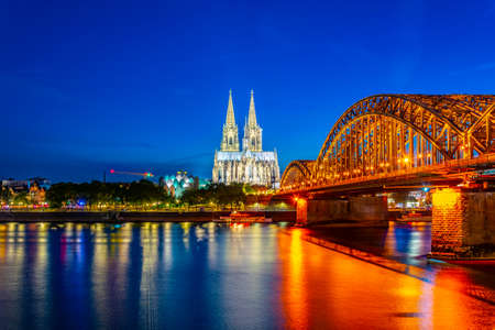 Night view of the cathedral in Cologne and Hohenzollern bridge over Rhein, Germany Imagens