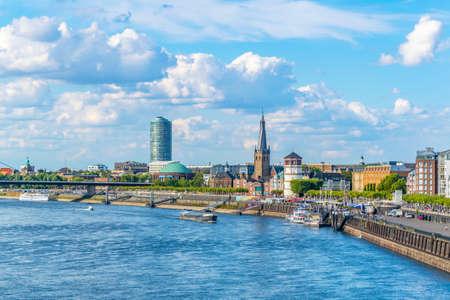 Riverside du Rhin à Düsseldorf avec l'église Saint Lambertus, Allemagne