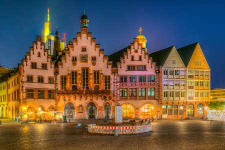 Nachtansicht des Römerbergplatzes in Frankfurt, Deutschland. Standard-Bild