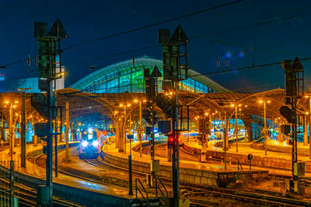 Night view of the main train station in Cologne, Germany 版權商用圖片