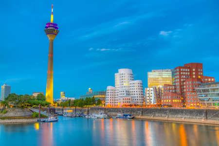 Sunset view of the Rheinturm in Dusseldorf, Germany Banque d'images - 129550839