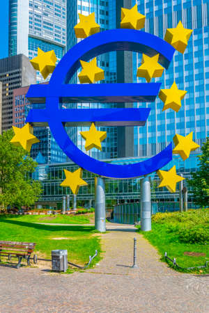 Euro sign in front of Eurotower in Frankfurt, Germany Stockfoto