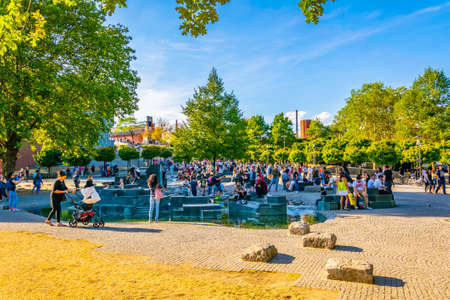 COLOGNE, GERMANY, AUGUST 11, 2018: Riverside promenade in Cologne, Germany 新聞圖片