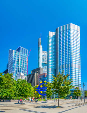 FRANKFURT, GERMANY, AUGUST 18, 2018: People are passing Euro sign in front of Eurotower in Frankfurt, Germany Éditoriale