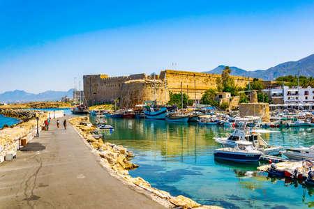 KYRENIA, CIPRO, IL 25 AGOSTO 2017: Vista di un porto in Kyrenia/Girne durante il giorno di estate soleggiato, Cipro Editoriali