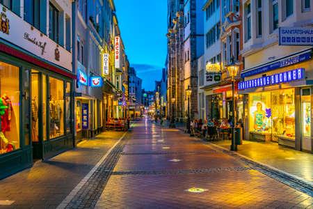 Bonn, Alemania, 12 de agosto de 2018: vista nocturna de una calle estrecha en el centro de Bonn en Alemania