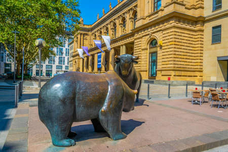 FRANKFURT, GERMANY, AUGUST 18, 2018: Statues of a bear and a bull in front of Stock Exchange building in Frankfurt, Germany Редакционное