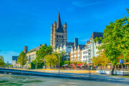 COLOGNE, GERMANY, AUGUST 11, 2018: Riverside promenade and Saint Martin church in Cologne, Germany Banque d'images - 129535127