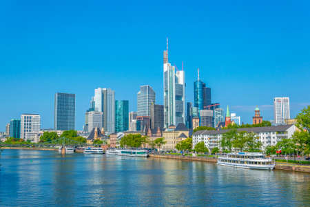 FRANKFURT, GERMANY, AUGUST 18, 2018: Skyscrapers alongside river Main in Frankfurt, Germany Banque d'images - 129535153