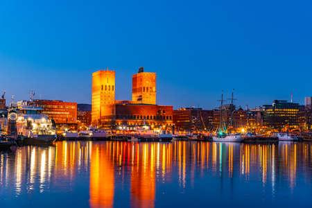 Nachtzicht op het stadhuis in oslo bekeken achter de haven, Noorwegen