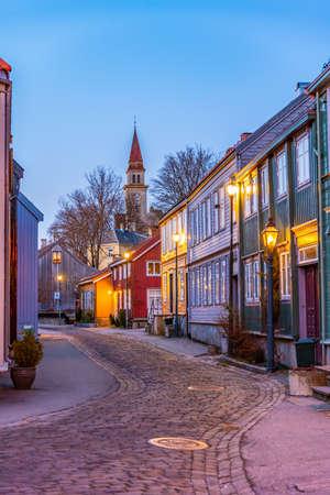 Zachód słońca widok wąskiej uliczce w dzielnicy Brygge w Trondheim, Norwegia Zdjęcie Seryjne