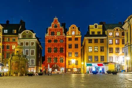 Nocny widok na plac Stortorget w dzielnicy Gamla Stan w Sztokholmie, Szwecja Publikacyjne