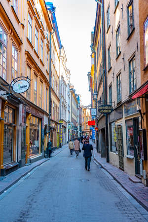 STOCKHOLM, SWEDEN, APRIL 23, 2019: Narrow street in the Gamla Stan district in central Stockholm, Sweden. 版權商用圖片