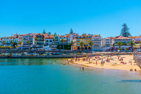CASCAIS, PORTUGAL, MAY 31, 2019: People are enjoying a sunny day on fisherman beach in Estoril, Portugal Редакционное