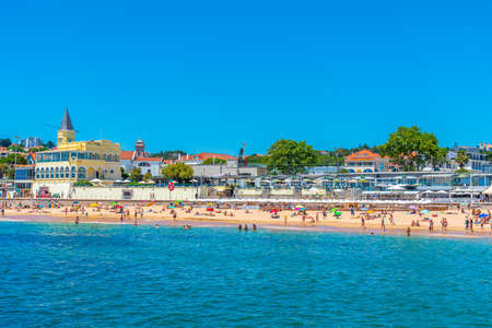 ESTORIL, PORTUGAL, MAY 31, 2019: People are enjoying a sunny day on Tamariz beach in Estoril, Portugal Редакционное