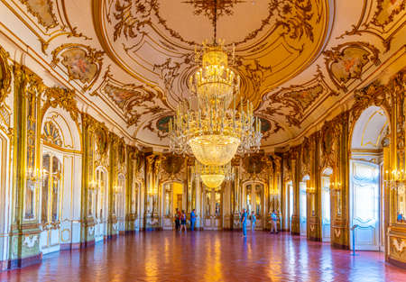 Lissabon, PORTUGAL, 31. MAI 2019: Ballsaal im Inneren des Queluz-Palastes in Lissabon, Portugal Editorial