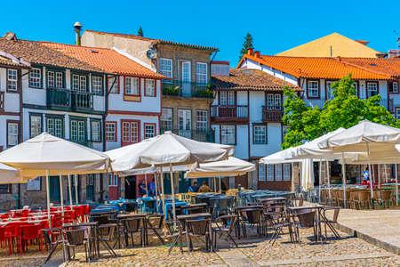 GUIMARAES, PORTUGAL, 22 de mayo de 2019: La gente está paseando por la Praça de Sao Tiago en el casco antiguo de Guimaraes, Portugal Editorial