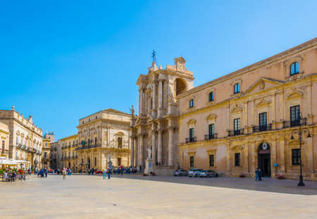 People are strolling on piazza Duomo in Syracuse, Sicily, Italy Éditoriale