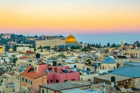 Sunset view of Jerusalem dominated by golden cupola of the dome of the rock, Israel Éditoriale
