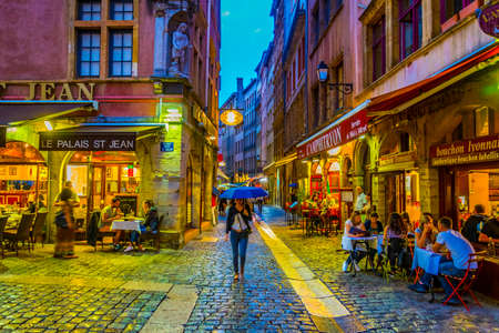 LYON, FRANCE, JULY 22, 2017: People are strolling through the old town of lyon during sunset, France Éditoriale