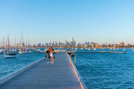 墨尔本,澳大利亚,2020年1月1日:墨尔本地平线在码头的在圣基尔达,澳大利亚后面