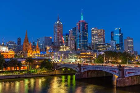 MELBOURNE, AUSTRALIE, 31 DÉCEMBRE 2019 : Panorama nocturne de Melbourne derrière la rivière Yarra, Australie Banque d'images