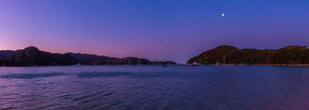 Sunset view of Torrent bay at Abel Tasman national park in New Zealand 스톡 콘텐츠