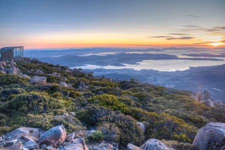 Sunrise view of Hobart and Pinnacle shelter at Mount Wellington, Australia Foto de archivo