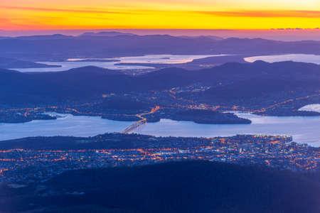 Sunrise view of Hobart from Mount Wellington in Australia 免版税图像