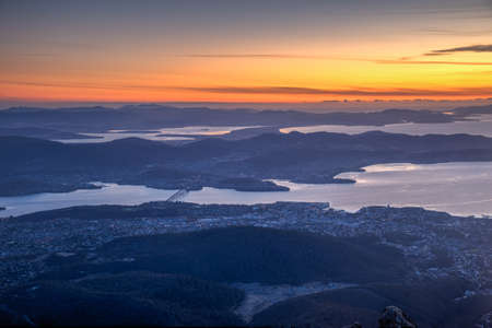 Sunrise view of Hobart from Mount Wellington in Australia 免版税图像