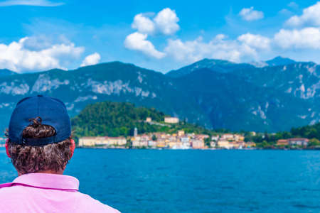 Man is looking at Bellagio village from a ferry, Italy Stockfoto